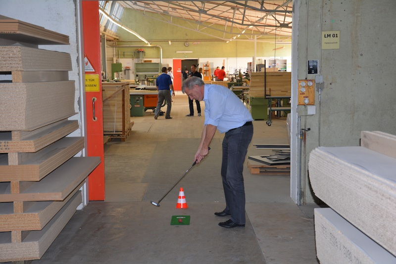 Einaml-durch-die-OfficeGolf-Produktion